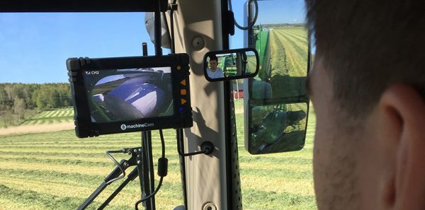 luda.farm: picture of MachineCam screen in the tractor cockpit - bailing